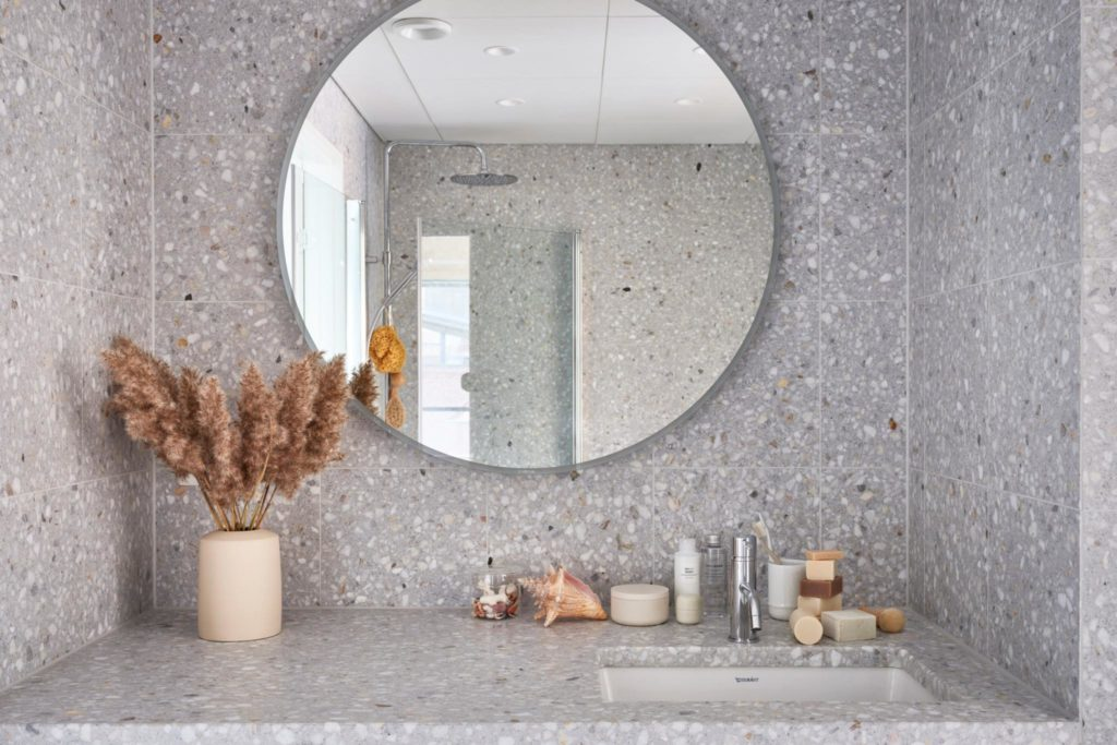 When it comes to beautiful apartments, Stockholm has many to offer. This one has a beautiful terrazzo bathroom styled with natural materials and soap in the same colors. The natural materials is repeated beautifully in the living room. See the whole apartment