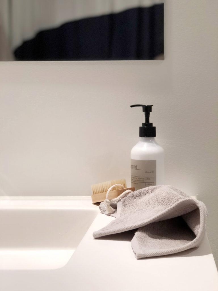 Når man bor til leje, som jeg gør, så må man sætte sit præ hvor man kan. Derfor har jeg valgt at shine mit badeværelse lidt op og hvad er bedre end at bruge lækre tekstiler. Jeg har haft håndklæder fra H&M i mange og kvaliteten har aldrig fejlet. Denne gang har jeg valgt at tage udgangspunk i deres Classic Collection som har et tidløst udtryk i lækre kvaliteter.