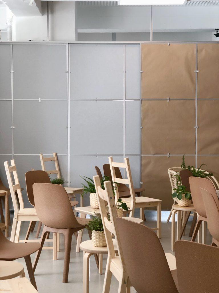 IKEA et et brand der har været en del af mit liv i mange år og som jeg har samarbejdet med flere gange. Jeg har ikke altid været klar over hvor dygtige og fremme i skoene IKEA egentlig er. Det var først da jeg besøgte deres hovedkontor i sverige at det virkelig gik op for mig hvor detaljeret en design proces de har og at de arbejder ud fra værdier.   IKEA er også frontløber på bæredygtighed og arbejder hen imod at vi en dag kan få møbler på abonnement og aflevere dem tilbage igen så de kan blive genanvendt til nye møbler.