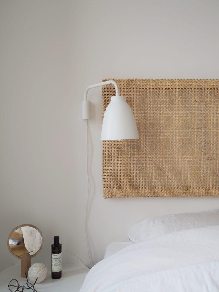 Mit IVAR IKEA hack som i kan se her, blev taget så godt imod hos jer, at jeg har besluttet mig for at lave en lille mini IKEA hack serie. Den første er en fin sengegavl i fransk flet/rattan som kun tager en formiddag at lave.
