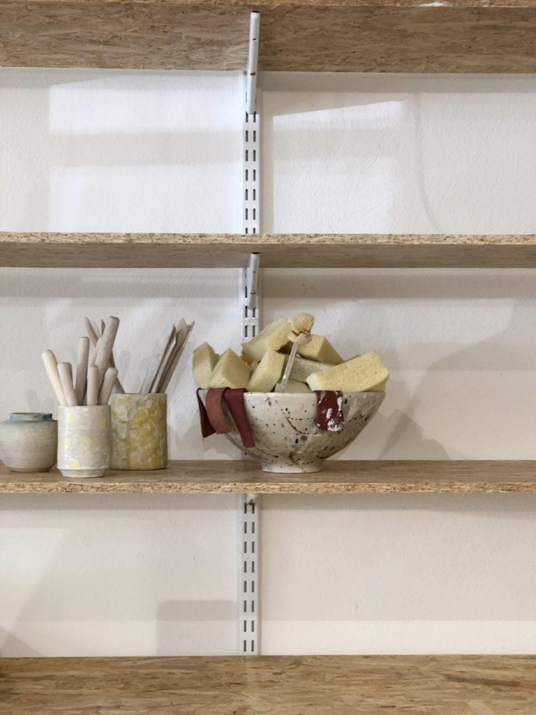 Jeg har længe haft en ønske om at starte til keramik. Der er noget ved at arbejde med hænderne, der virkelig giver mig en følelse af lykke. Yonobi er en af de største danske webshops der handler med smukt keramik og da jeg så at de havde tilføjet et Skulptur Kursus til deres portefølje, måtte jeg simpelthen igang.