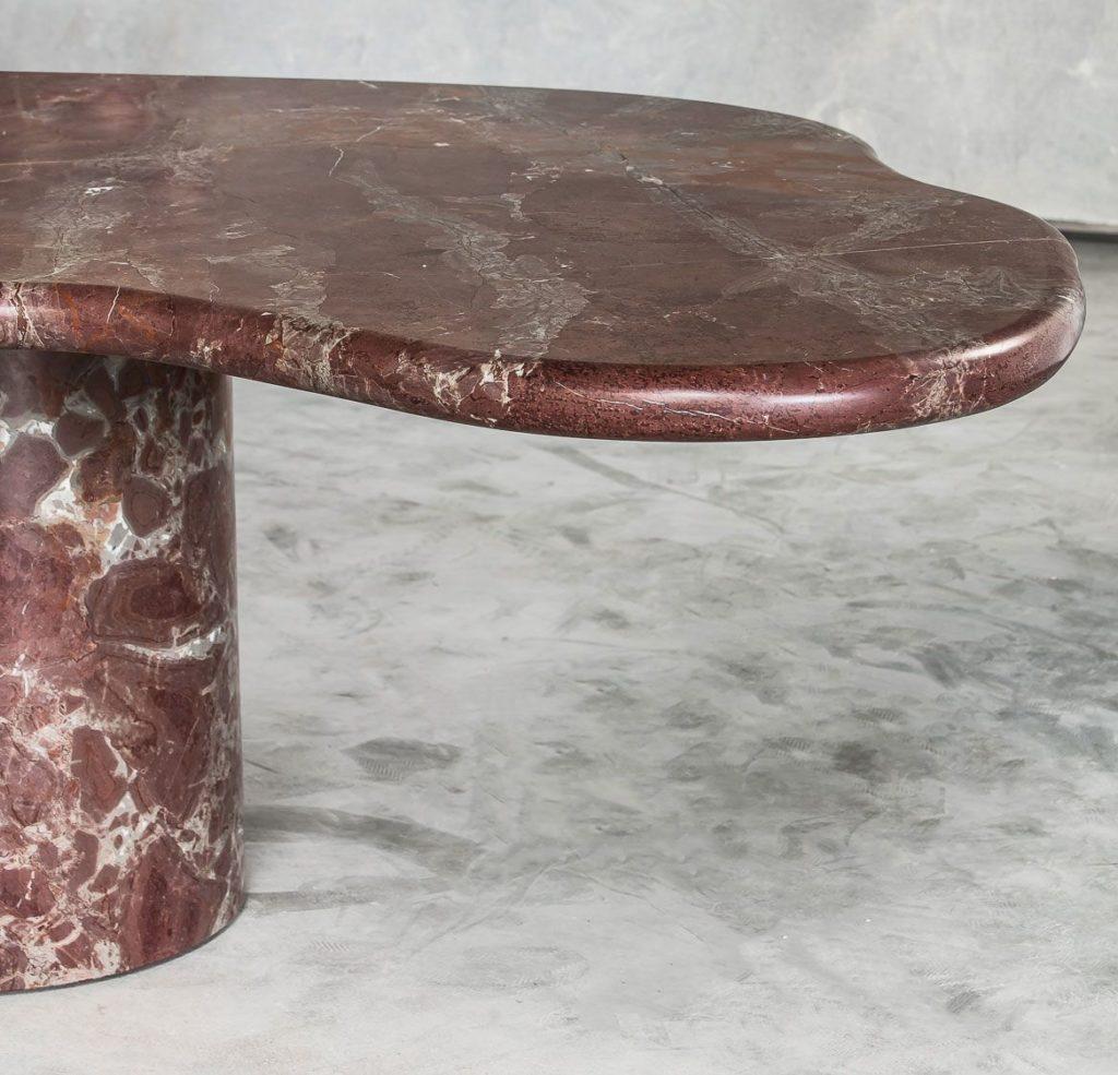 Jeg er lidt på udkig efter et nyt spisebord og jeg er ikke helt sikker på hvad det skal være endnu. Der er så mange smukke klassikere derude men også nye bud på et godt spisebord. I min søgen efter et nyt bord, gik jeg på opdagelse på Instagram hvor jeg fandt dette helt fantastiske bord. Bordet hedder Out of Line