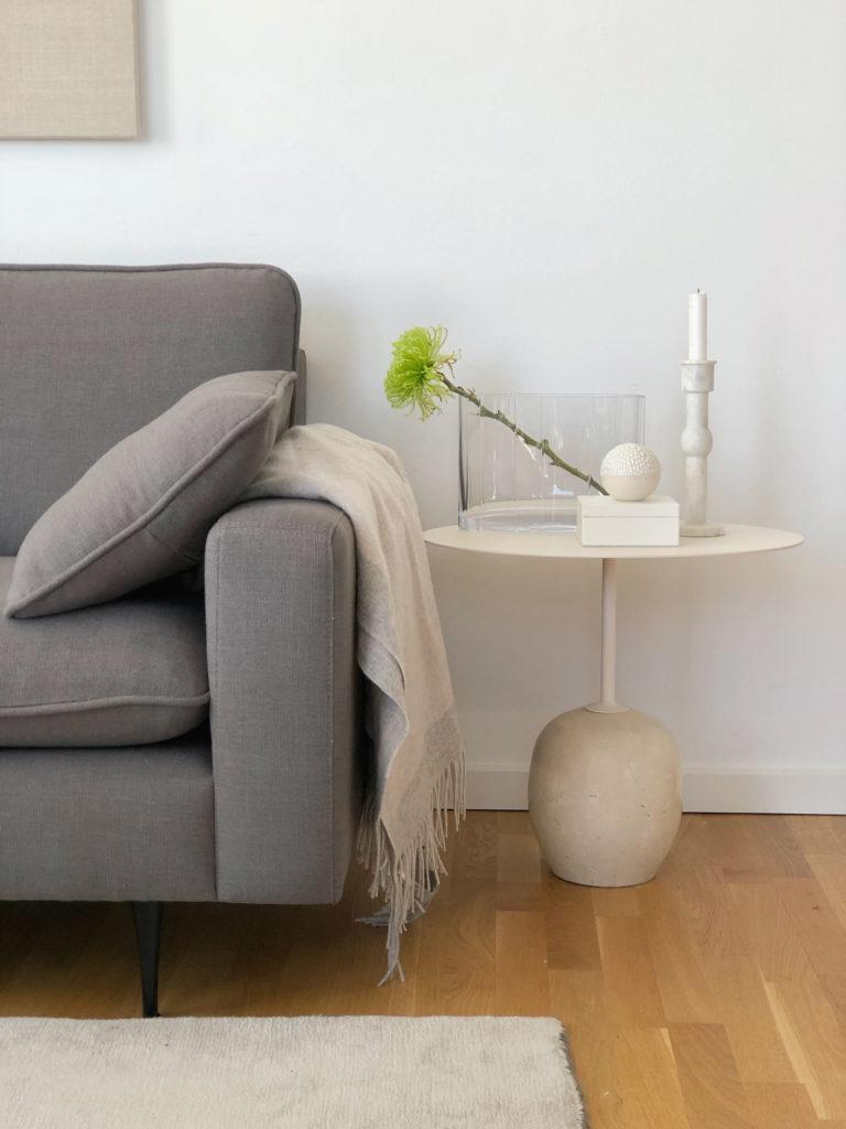 Som familie, bruger vi meget af vores tid i stuen. Stuen er der hvor man virkelig føler sig hjemme efter en lang dag. Blomster og lys giver altid en hyggelig stemning, men tekstilerne er det vigtigste for mig. At krybe under et varmt plaid med en god pude, kan redde selv den værste dag. Jeg har i samarbejde med H&M Homes Classic Collection, udvalgt de helt rigtige tekstiler og accessories til min stue. Jeg har valgt en lækker beige uld plaid til de kolde aftener. Det er lige tilpas i størrelsen - ikke alt for stort ohm ikke alt for lille. På bordet har jeg valgt en art deco glass vase. Glas er et materiale der virkelig hitter inden for interiør lige ny. Jeg valgt to forskellige puder til sofaen, i navy og i hvid med en kontrast søm i kanten. De er lavet i en lækker hør kvalitet der har den helt rette følelse. Min stue føles helt ny og jeg har kun tilføjet textiler og accessories.