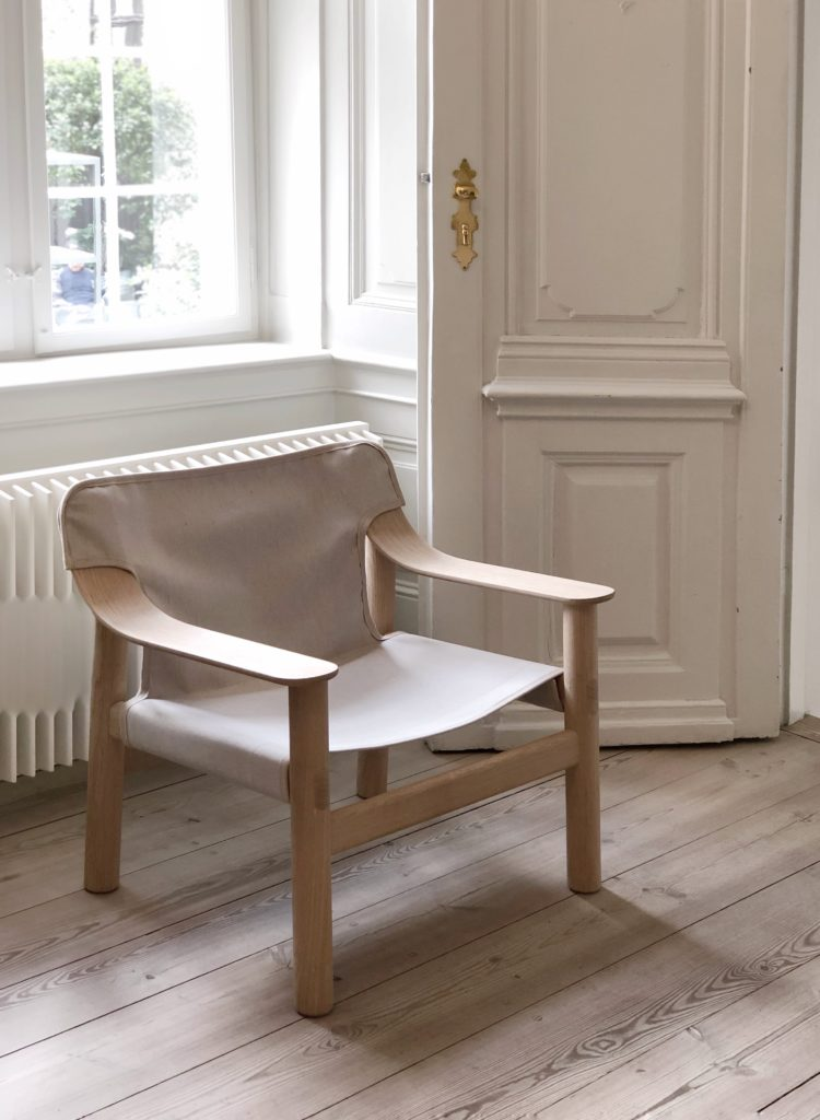 Hay kommer altid med mange nyheder hvert år men i år, har de virkelig overgået sig selv. Under 3 Days of Design i København, udstillede de i store flotte lokaler med en lige så stor gård der var indrettet med deres havemøbler. Den ene halvdel var indrette med deres møbler og køkkenserie, mens den i den anden var en udstilling af deres accessories.