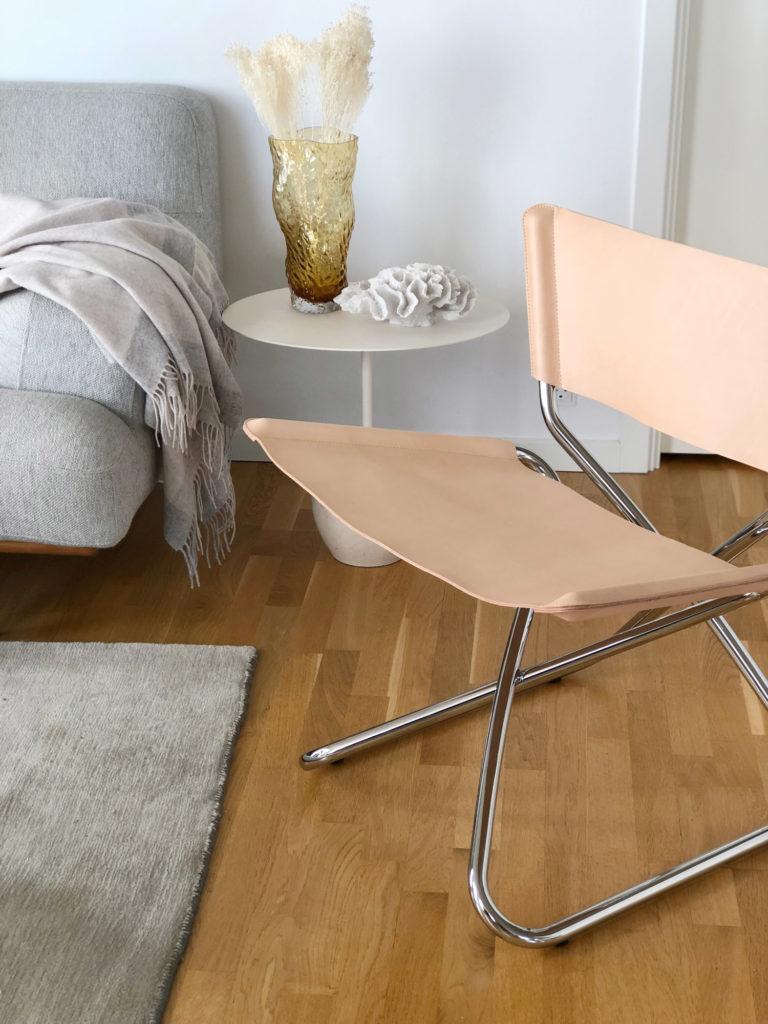Foldestolen ZDOWN blev designet helt tilbage i 1968 af den danske designer Erik Magnussen og efter en årrække i glemmebogen er det nu på tide at den klassiske og moderne stol ser dagens lys igen. Stolens stålkonstruktion består af to z-formede rørforløb, der som en forvredet clips, sakser sammen i en zigzag-struktur, hvor enderne elegant afsluttes i sæde og ryglæn. Lige netop denne konstruktion sikrer, at sæde- og rygstykket aldrig går ud af facon, da stålrøret spænder det ud og holder det på plads, hvilket styrker stolen og giver en god siddekomfort. Jeg syntes virkelig det er fantastisk at man har formået at laver en super behagelig lounge stol, som samtidig kan klappes sammen.