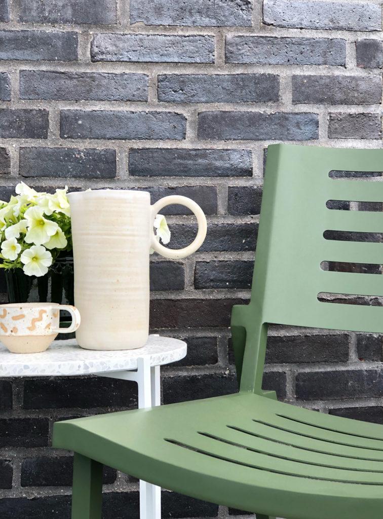 Jeg har brugt mange eftermiddage på altanen den sidste uges tid. Vejret har været skønt og Carla elsker at være udenfor hvor hun vander planter dagen lang og lejer med vand. For det meste lejer jeg med i hendes leje, men nogen gang for jeg også et øjeblik til at nyde en kom kaffe og bare sidde og beundre hende. Jeg har lavet et lille hyggehjørne på altanen med et bar gode loungestole fra Jotex. De er dejlige behagelige at sidder og så kan de staples, hvilket er virkelig praktisk.
