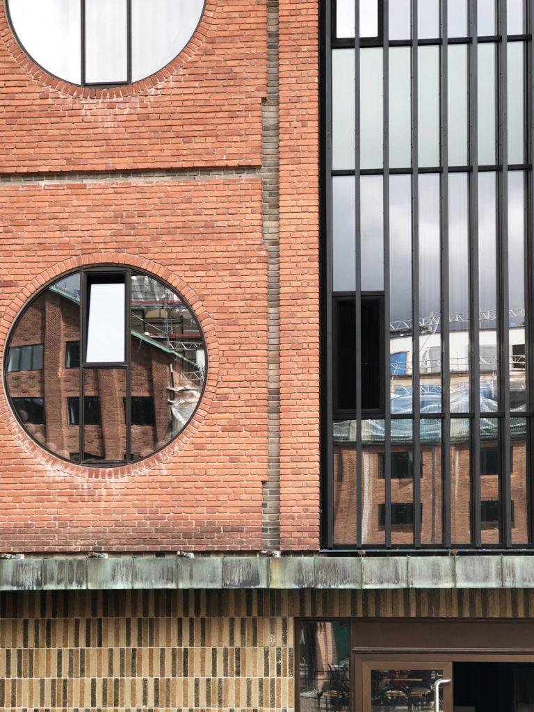 Lige nu bor vi på Islands Brygge i den nye ende ved Havnevigen. Vi har være rigtig glade for det men er også begyndt at overveje hvor længe vi skal blive boende. Sidste år kiggede vi spontant på et hus, som fik os til at se fuldstændig anderledes på vores nuværende bolig. Det var et hus der lå oppe nordpå, men vi er nu også glade for at være tæt på job og vores venner i byen. Carlsberg Byen er en bydel som vi har udforsket i vores boligsøgen. Den historie som området har og alle de smukke gamle bygninger, er virkelig noget der taler til mit æstetiske hjerte.