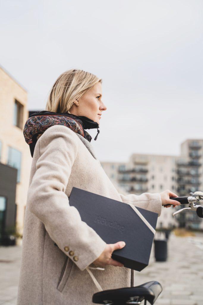 Da jeg var gravid men min første datter, begyndte jeg at køre med cykelhjelm fast. Det er egentligt alt for sent men det var først der jeg tog det til mig og tog det alvorligt. Jeg har cyklet med Hövding i over et halvt år og været rigtig glad for det. I starten skulle jeg lige vende mig til at kraven vejer lidt, men da jeg først havde gjort det, blev jeg virkelig glad for den. Min mand har også sendt den lange blikke da han ikke er så god til at bruge sin cykelhjelm, selvom han selv syntes det er for dårligt. Derfor har jeg givet ham en tidlig julegave i år, nemlig en Hövding. For er sikkerhed ikke en af de største gaver vi kan give til dem vi elsker?