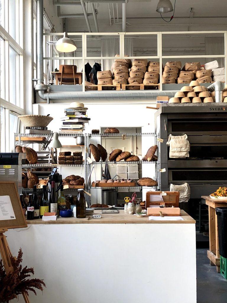 Sidste gang vi var til scanning udnyttede vi, at vi begge havde fri og tog ud til Lille Bakery. Et bageri/café jeg længe gerne har villet besøge, men som jeg aldrig har fået gjort. Lille Bakery ligger ude på Refshaleøen i en rå industriel bygning. Brødet er lunt og friskt og der er indrettet med second hand og loppefund. Hvis det lå lidt tættere på, ville jeg komme her hver dag. Jeg savner flere bagerier i København, som er lidt mere personlige og ikke er en del af en kæmpe kæde.