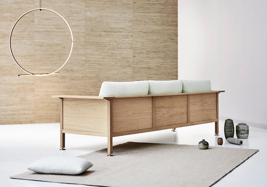 ERIK JØRGENSEN X SNØHETTA 'Casework' er udtænkt til at kunne tilpasses. Sammen har de to parter udviklet en serie af designs inspireret af, hvordan casework-møbler oprettes til forskellige rum, hvor fokus er, hvordan møblerne skræddersys til dets formål og dets omgivelser. Sofaen består af en træramme og bløde voluminøse puder.