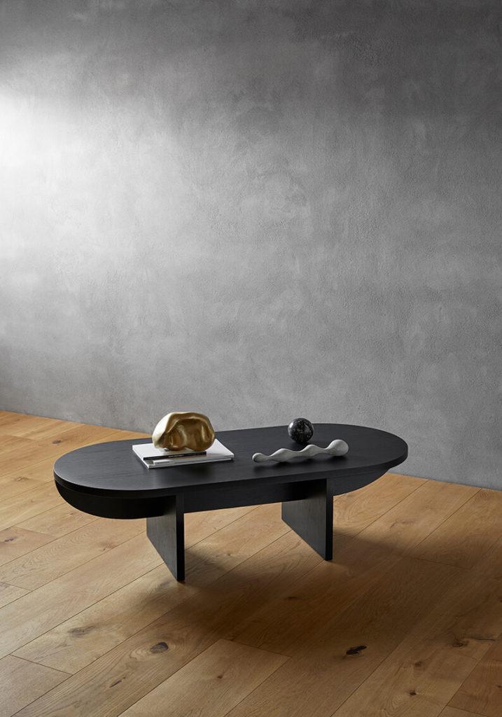 Det nye sofabord Keel af Erik Jørgensendesignet af Lise Vester, balancerer mellem et let og tungt udtryk, og en nysgerrighed på at finde både skarpe og organiske former der komplimenterer hinanden.