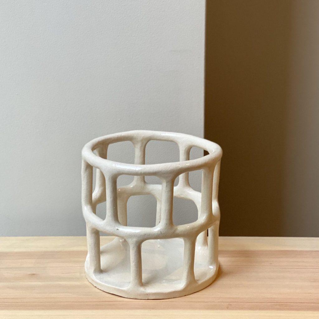 Lige nu er jeg særlig vild med denne serie af Solenne Belloir. Hendes værker minder meget om min egen æstetik. Kollektionen kan du købe os en af mine favorit keramik butikker i København Yonobi, eller på deres webshop her.