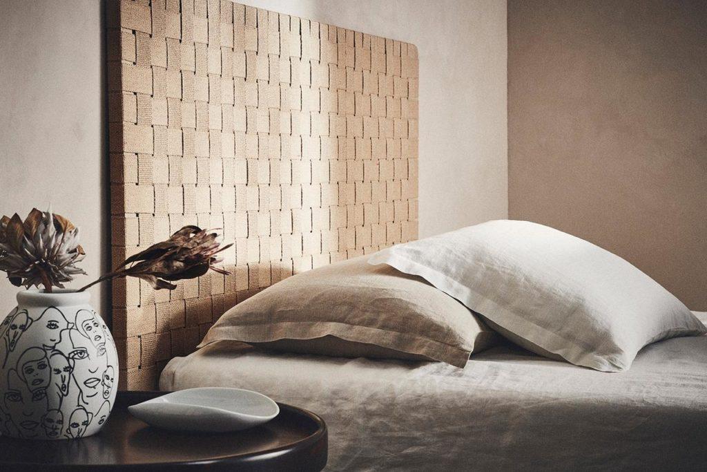 Indram din seng med dekorativt, flettet sengeramme i rolige naturfarver. KÖPENJAMN sengegavl er en fritstående gavl i sæbebehandlet eg med net af jute som hænges direkte på væggen.